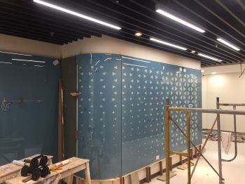 Kính sơn mầu họa tiết ốp trang trí văn phòng